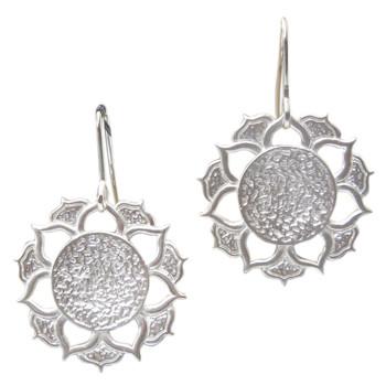 Silberohrhänger mit floralen Motiven