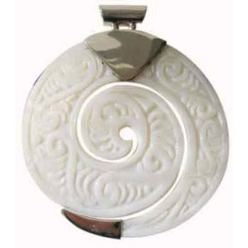 Hänger mit geschnitzter Muschel, hell  Durchmesser ca 55 mm