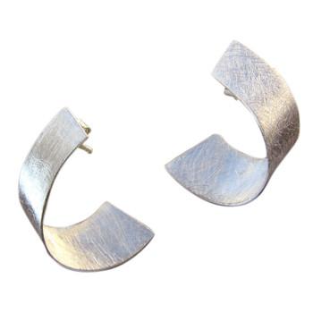 Ohrstecker, eismatt. Ein gedrehtes Band schmückt das Ohr. ca. 30 x 20 mm Sterlingsilber