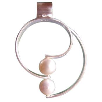 silberner Anhänger mit zwei Perlen
